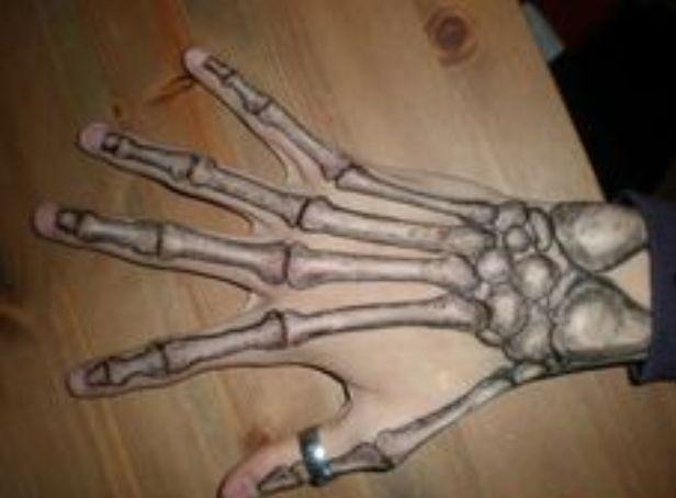 dans la main squelette 7