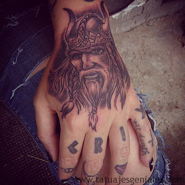tatouages viking femmes 5
