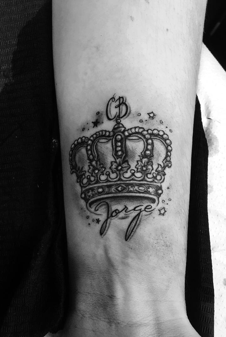 Tatouages de couronne avec des noms