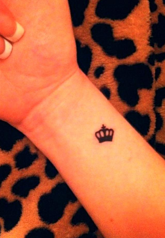 Petits tatouages de couronne
