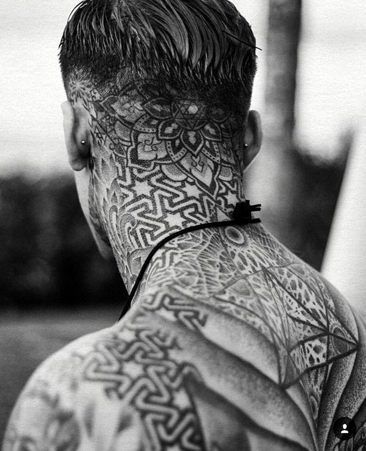 Tatouages de nuque pour hommes