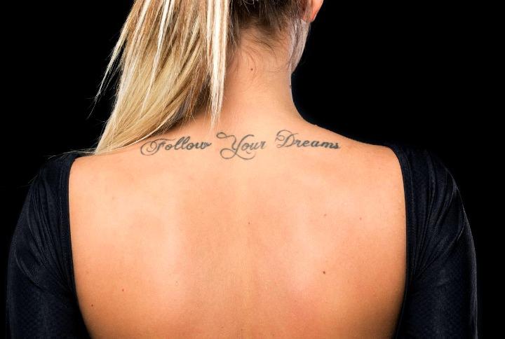 Tatouages de phrase pour le cou