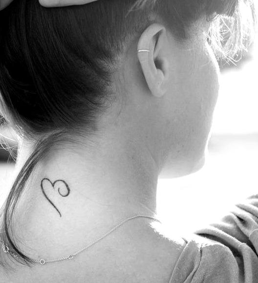 Petits tatouages sur la nuque