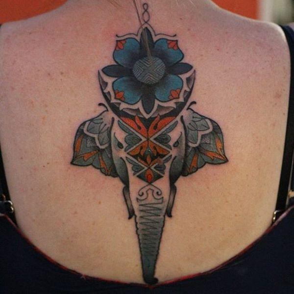 1 tatouage d'éléphant symétrique sur le dos