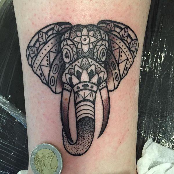 2 tête d'éléphant noir dans un style géométrique sur la jambe