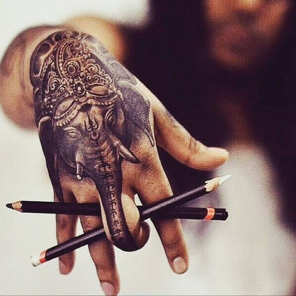 10 Tatouage d'éléphant magique sur la main