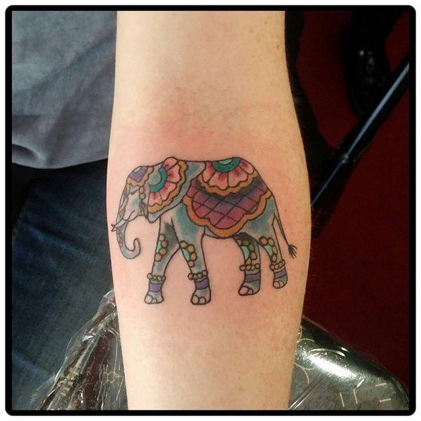 16 tat d'éléphant coloré sur le bras intérieur
