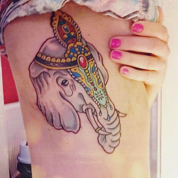 18 Joli tatouage d'éléphant sur les côtes avec des pierres précieuses