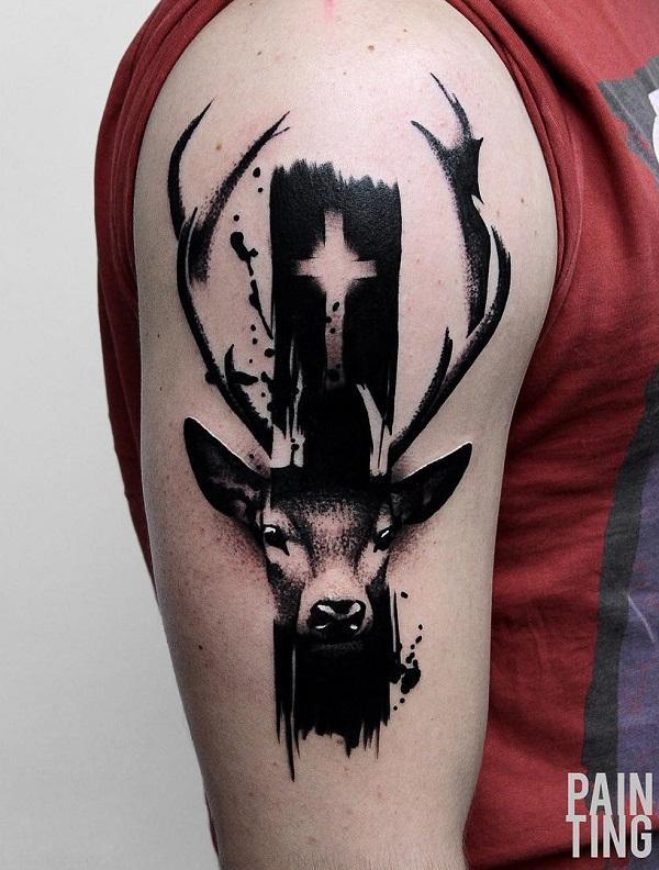Tatouage demi-manche avec croix de cerf