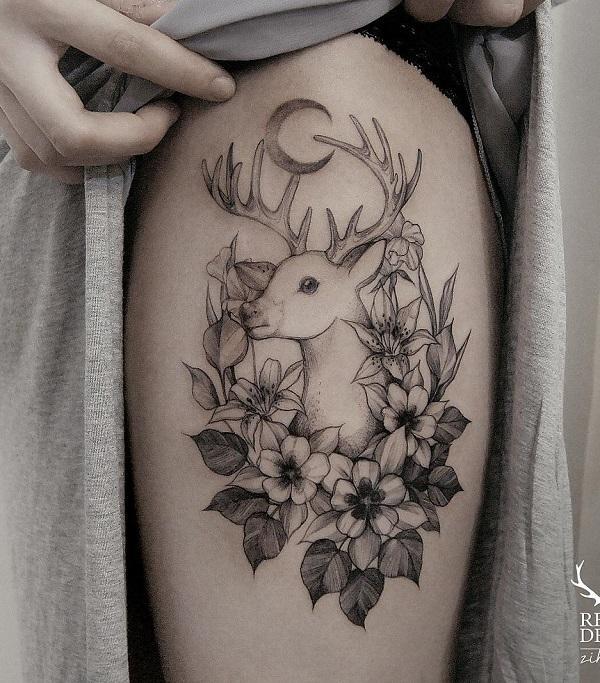 Croissant de lune, cerf et tatouage de cuisse de fleurs