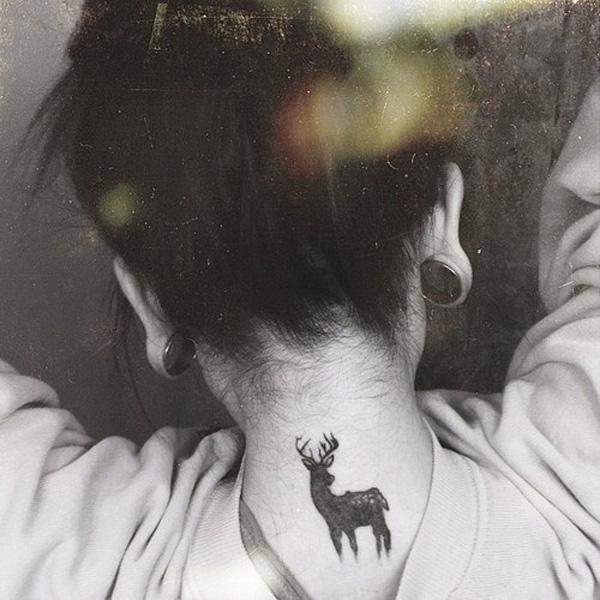 Petit tatouage de cou de cerf