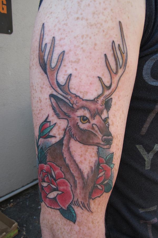 Tatouage de roses et de cerfs