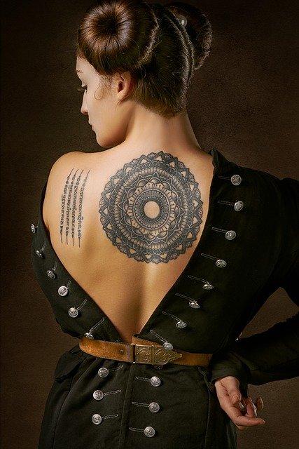 tatouage dos fille